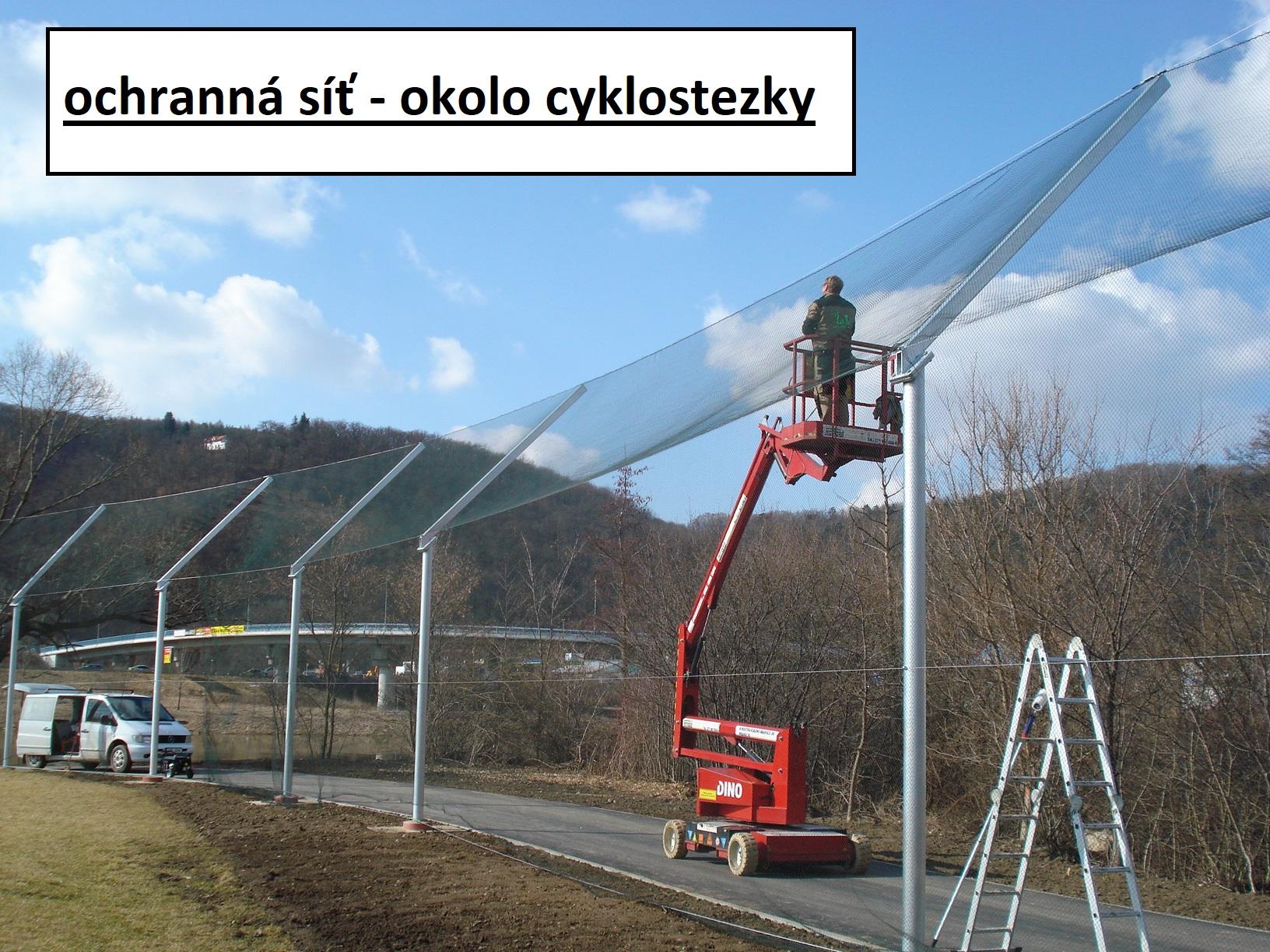 ochranná síť - okolí cyklostezsky
