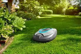 <strong>Skvělá péče o trávník</strong><br/>Přesné nože stříhají trávu čistě. A díky SensorCut System nedělá GARDENA robotická sekačka SILENO na trávníku pruhy. Nastavení výšky sekání je velmi snadné a provádí se bez použití nářadí.